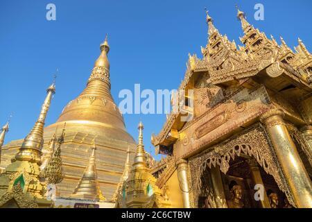 Eine niedrige Ansicht von vergoldeten Stupas und vergoldeten Schnitzereien an der Shwedagon Pagode in Yangon, Myanmar - Stockfoto