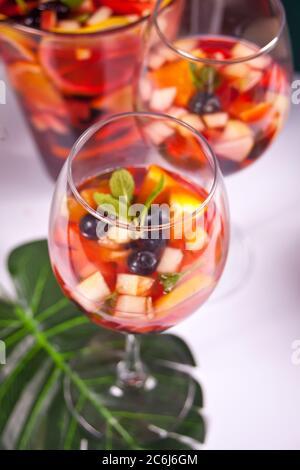 Rotwein frische Sangria oder Punsch mit Früchten und Beeren. - Stockfoto