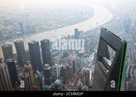 Shanghai: Panoramablick von der Spitze des Shanghai Tower, mit dem Shanghai World Financial Center, Pudong Bezirk und Huangpu Fluss. China. - Stockfoto