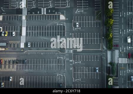 Drohne schießen über shoping Center Parkplatz in Großbritannien - Stockfoto