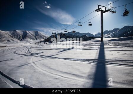 Touristen und Sportler erkunden die Pisten des Skistützpunktes Chunkurchak im Gebiet Chuy in Kirgisistan bei Bischkek.