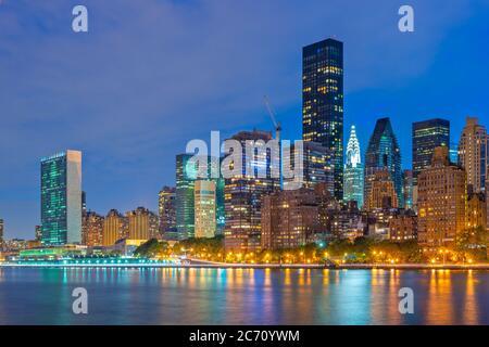 New York City Midtown Manhattan Stadtbild am East River bei Dämmerung. - Stockfoto