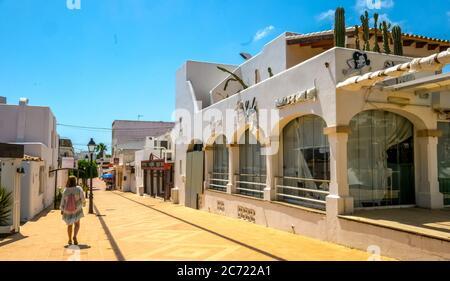 Geschlossene Geschäfte im ehemals gut frequentierten Ferienort Cala d'Or an der Südostküste Mallorcas. Die kommende allgemeine Maskenpflicht führt nach furth - Stockfoto