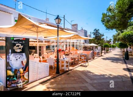 , , , schlecht frequentierte Restaurants und geschlossene Geschäfte in der ehemals gut frequentierten Ferienort Cala d'Or an der Südostküste von Mallorca. Der - Stockfoto
