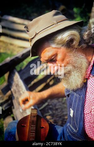 1960S 1970S MUSIKER MANN TRAGEN OVERALLS FILZ HUT WEISS BART PICKING SPIELEN BERG HACKBRETT INSTRUMENT NC USA - KM3271 LAN002 HARS ALTE MODE BART 1 KOMMUNIKATION KOMMISSIONIERUNG FREUDE LIFESTYLE SOUND SCHAUSPIELER MUSIKER PICK FEIER ÄLTERE JOBS LÄNDLICHE GROWNUP HOME LEBEN KOMMUNIKATION USA KOPIEREN RAUM HALBE LÄNGE COUNTY PERSONEN INSPIRATION OVERALLS ERWACHSENE VEREINIGTE STAATEN VON AMERIKA MÄNNER UNTERHALTUNG SPIRITUALITÄT SENIOR MANN SENIOR ERWACHSENE NORDAMERIKA NORDAMERIKA SCHNURRBART PERFORMING ARTS GESCHICKLICHKEIT BERUF GLÜCK FÄHIGKEITEN ALTER OLDSTERS HIGH ANGLE OLDSTER PERFORMER SCHNURRBART - Stockfoto
