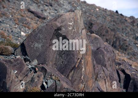 Felszeichnungen (in Felsen gehauene Kunst) dokumentieren die Anwesenheit von uralten, prähistorischen menschlichen Gesellschaften in der Provinz Bayan-Ölgii, Westmongolei. - Stockfoto
