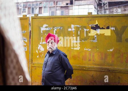 Neu Delhi / Indien - 18. Februar 2020: Ehrliches Porträt des alten Mannes aus Sikh mit weißem Bart in Alt-Delhi - Stockfoto