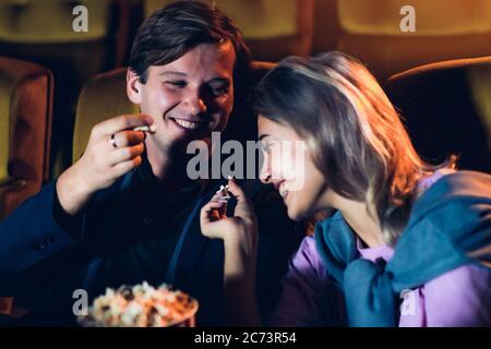 Kaukasischer Liebhaber, der einen Film im Kino sieht - Stockfoto