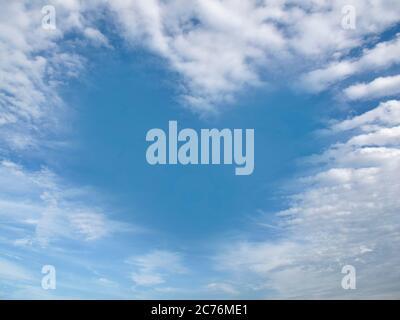 Herzförmige Wolke am klaren blauen Himmel während des Tages. Romantisches Liebeskonzept