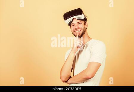 Testen neuer VR. Mann tragen drahtlose VR-Brille Headset. Mann moderne Technologie verwenden. Virtuelle Realität Schutzbrillen. Moderne Wirtschaft und Bildung. Digitale Zukunft und Innovation. Arbeiten an Programmierung Projekt. - Stockfoto
