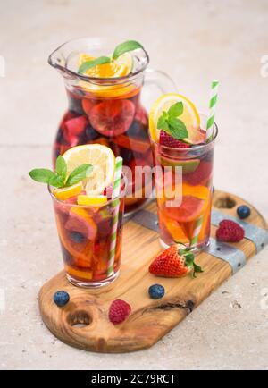 Im Sommer ein kalter Cocktail, Sangria-Drink - Stockfoto
