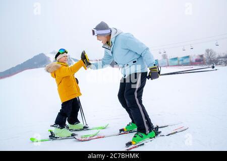 Ski Hand-klatschen glücklichen Vater und Sohn - Stockfoto