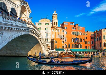 Rialtobrücke. Gondeln, mit Touristen, auf dem Canal Grande, neben der Fondamenta del Vin, Venedig, UNESCO, Venetien, Italien, Europa