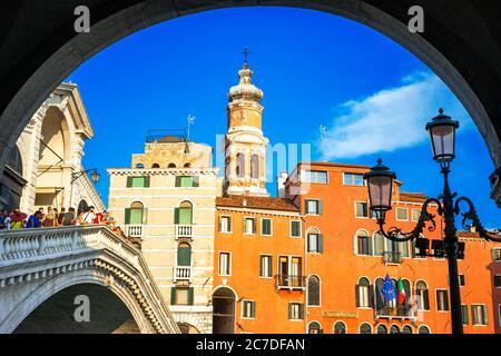 Rialtobrücke. Touristen, auf dem Canal Grande, neben der Fondamenta del Vin, Venedig, UNESCO, Venetien, Italien, Europa