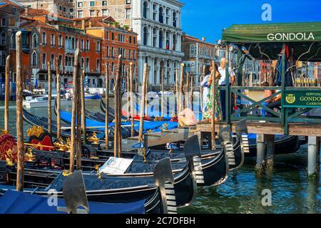 Gondelhaltestelle, mit Touristen, auf dem Canal Grande, neben der Fondamenta del Vin, Venedig, UNESCO, Venetien, Italien, Europa