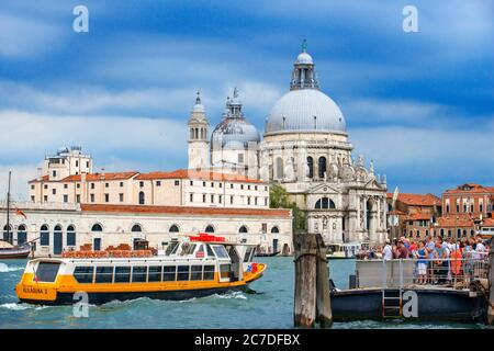 Vaporettos Gondolas, mit Touristen, auf der San Marco Gondelhaltestelle neben der Basilika Santa Maria della Salud, Venedig, UNESCO, Venetien, Italien, Euro