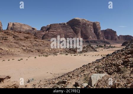 Wüstenlandschaft mit rotem Sand. Fotografiert im März in Wadi Rum, Jordanien - Stockfoto