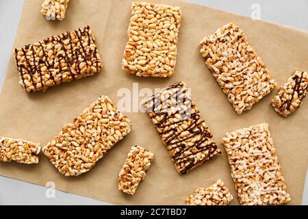 Knusprige Reisbars auf Pergament - Stockfoto