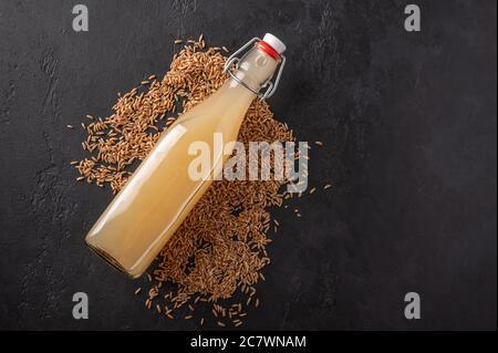 Draufsicht hausgemachte tradishional russischen hellen Roggen Kvass in der Flasche auf dunklem Holzhintergrund. Wunderbar gesundes Erfrischungsgetränk für den Sommer - Stockfoto