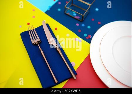 Tischaufstellung, Besteck und Teller aus der Nähe - Stockfoto