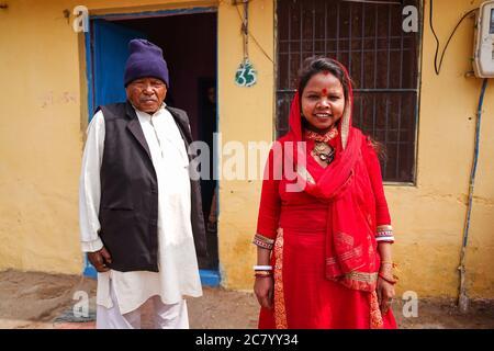Agra / Indien - 13. Februar 2020: Familienportrait der indischen Familie in einem kleinen Dorf vor dem Haus - Stockfoto
