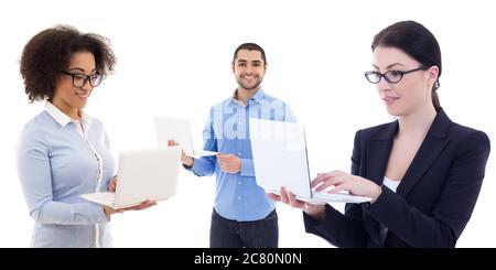 internet und Geschäftskonzept - junge Geschäftsleute, die Laptops auf weißem Hintergrund isoliert - Stockfoto
