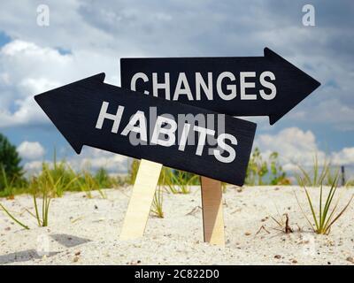 Alte Gewohnheiten und Veränderungen voraus. Zwei schwarze Pfeile. - Stockfoto