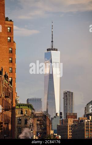 New York, USA - 28. Juni 2018: One World Trade Center von der 7th Avenue bei Sonnenuntergang gesehen. - Stockfoto