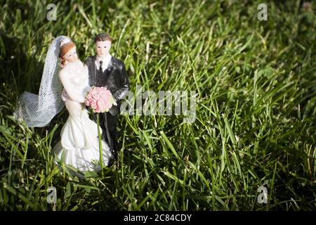Standard-Figur des Ehepaares auf Naturrasen auf dem Feld. Draußen - Stockfoto