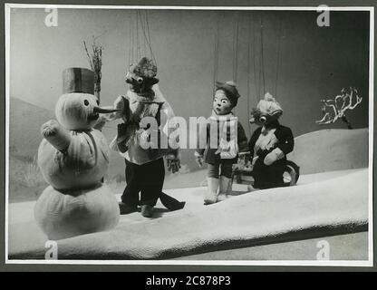 Professor Josef Skupa (1892-1957) war ein tschechischer Puppenspieler, der Anfang der 1920er Jahre seine berühmtesten Puppen schuf: Den komischen Vater Spejbl und seinen raschalischen Sohn Hurvinek, der 1930 das erste] moderne professionelle Puppentheater aufbaute. Während der nationalsozialistischen Besetzung der Tschechoslowakei führte Skupa auf Hunderten von Bühnen in der gesamten Tschechoslowakei satirische und allegorische Puppenspiele durch, die zur Inhaftierung der Marionetten durch die Nazis führten (in einem Aktenschrank!) Für das sein im Allgemeinen zu subversiv. Nach 1945 produzierte Skupa weiterhin Arbeit für Kinder und Erwachsene in der Tschechoslowakei und trat auch im Ausland auf. Der