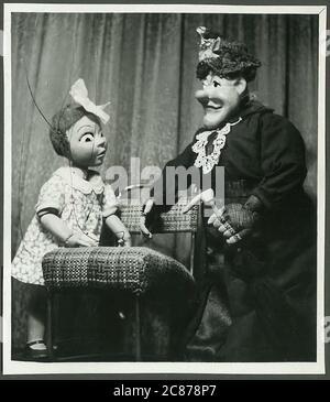 Professor Josef Skupa (1892-1957) war ein tschechischer Puppenspieler, der Anfang der 1920er Jahre seine berühmtesten Puppen schuf: Den komischen Vater Spejbl und seinen raschalischen Sohn Hurvinek, der 1930 das erste] moderne professionelle Puppentheater aufbaute. Während der nationalsozialistischen Besetzung der Tschechoslowakei führte Skupa auf Hunderten von Bühnen in der gesamten Tschechoslowakei satirische und allegorische Puppenspiele durch, die zur Inhaftierung der Marionetten durch die Nazis führten (in einem Aktenschrank!) Für das sein im Allgemeinen zu subversiv. Nach 1945 produzierte Skupa weiterhin Arbeit für Kinder und Erwachsene in der Tschechoslowakei und trat auch im Ausland auf. Mani