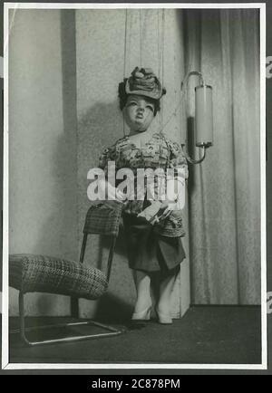 Professor Josef Skupa (1892-1957) war ein tschechischer Puppenspieler, der Anfang der 1920er Jahre seine berühmtesten Puppen schuf: Den komischen Vater Spejbl und seinen raschalischen Sohn Hurvinek, der 1930 das erste] moderne professionelle Puppentheater aufbaute. Während der nationalsozialistischen Besetzung der Tschechoslowakei führte Skupa auf Hunderten von Bühnen in der gesamten Tschechoslowakei satirische und allegorische Puppenspiele durch, die zur Inhaftierung der Marionetten durch die Nazis führten (in einem Aktenschrank!) Für das sein im Allgemeinen zu subversiv. Nach 1945 produzierte Skupa weiterhin Arbeit für Kinder und Erwachsene in der Tschechoslowakei und trat auch im Ausland auf. Dame