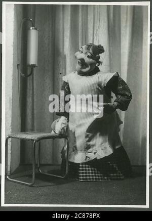 Professor Josef Skupa (1892-1957) war ein tschechischer Puppenspieler, der Anfang der 1920er Jahre seine berühmtesten Puppen schuf: Den komischen Vater Spejbl und seinen raschalischen Sohn Hurvinek, der 1930 das erste] moderne professionelle Puppentheater aufbaute. Während der nationalsozialistischen Besetzung der Tschechoslowakei führte Skupa auf Hunderten von Bühnen in der gesamten Tschechoslowakei satirische und allegorische Puppenspiele durch, die zur Inhaftierung der Marionetten durch die Nazis führten (in einem Aktenschrank!) Für das sein im Allgemeinen zu subversiv. Nach 1945 produzierte Skupa weiterhin Arbeit für Kinder und Erwachsene in der Tschechoslowakei und trat auch im Ausland auf. Clea