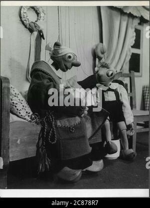 Professor Josef Skupa (1892-1957) war ein tschechischer Puppenspieler, der Anfang der 1920er Jahre seine berühmtesten Puppen schuf: Den komischen Vater Spejbl und seinen raschalischen Sohn Hurvinek, der 1930 das erste] moderne professionelle Puppentheater aufbaute. Während der nationalsozialistischen Besetzung der Tschechoslowakei führte Skupa auf Hunderten von Bühnen in der gesamten Tschechoslowakei satirische und allegorische Puppenspiele durch, die zur Inhaftierung der Marionetten durch die Nazis führten (in einem Aktenschrank!) Für das sein im Allgemeinen zu subversiv. Nach 1945 produzierte Skupa weiterhin Arbeit für Kinder und Erwachsene in der Tschechoslowakei und trat auch im Ausland auf. Fath