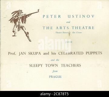 Professor Josef Skupa (1892-1957) war ein tschechischer Puppenspieler, der Anfang der 1920er Jahre seine berühmtesten Puppen schuf: Den komischen Vater Spejbl und seinen raschalischen Sohn Hurvinek, der 1930 das erste] moderne professionelle Puppentheater aufbaute. Während der nationalsozialistischen Besetzung der Tschechoslowakei führte Skupa auf Hunderten von Bühnen in der gesamten Tschechoslowakei satirische und allegorische Puppenspiele durch, die zur Inhaftierung der Marionetten durch die Nazis führten (in einem Aktenschrank!) Für das sein im Allgemeinen zu subversiv. Nach 1945 produzierte Skupa weiterhin Arbeit für Kinder und Erwachsene in der Tschechoslowakei und trat auch im Ausland auf. Kunst