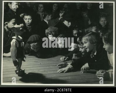 Professor Josef Skupa (1892-1957) war ein tschechischer Puppenspieler, der Anfang der 1920er Jahre seine berühmtesten Puppen schuf: Den komischen Vater Spejbl und seinen raschalischen Sohn Hurvinek, der 1930 das erste] moderne professionelle Puppentheater aufbaute. Während der nationalsozialistischen Besetzung der Tschechoslowakei führte Skupa auf Hunderten von Bühnen in der gesamten Tschechoslowakei satirische und allegorische Puppenspiele durch, die zur Inhaftierung der Marionetten durch die Nazis führten (in einem Aktenschrank!) Für das sein im Allgemeinen zu subversiv. Nach 1945 produzierte Skupa weiterhin Arbeit für Kinder und Erwachsene in der Tschechoslowakei und trat auch im Ausland auf. Audi