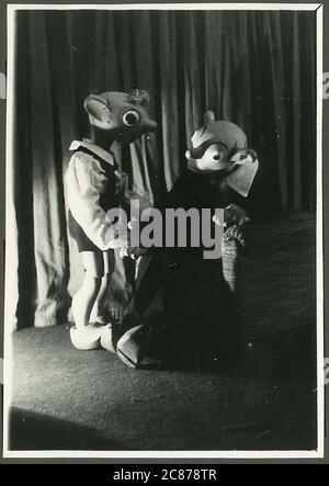 Professor Josef Skupa (1892-1957) war ein tschechischer Puppenspieler, der Anfang der 1920er Jahre seine berühmtesten Puppen schuf: Den komischen Vater Spejbl und seinen raschalischen Sohn Hurvinek, der 1930 das erste] moderne professionelle Puppentheater aufbaute. Während der nationalsozialistischen Besetzung der Tschechoslowakei führte Skupa auf Hunderten von Bühnen in der gesamten Tschechoslowakei satirische und allegorische Puppenspiele durch, die zur Inhaftierung der Marionetten durch die Nazis führten (in einem Aktenschrank!) Für das sein im Allgemeinen zu subversiv. Nach 1945 produzierte Skupa weiterhin Arbeit für Kinder und Erwachsene in der Tschechoslowakei und trat auch im Ausland auf. Fast