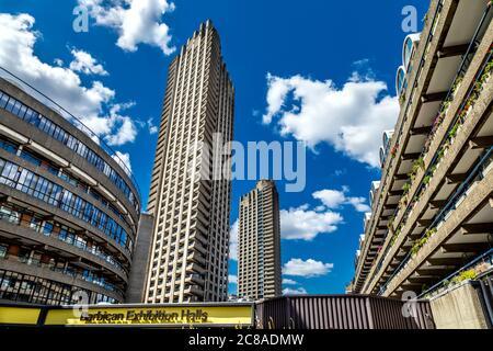 Wohnhochhäuser Shakespeare Tower und Lauderdale Tower, Frobisher Crescent und Ben Jonson House im brutalistischen Barbican Estate, London, Großbritannien - Stockfoto