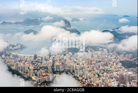Rio Stadtzentrum Innenstadt Panorama mit Küste und Zuckerhut bedeckt in Wolken, Rio de Janeiro, Brasilien - Stockfoto