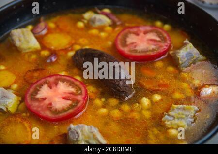 Nahaufnahme eines gebackenen Reises kurz bevor er in den Ofen gestellt wird, um den Reis fertig zu kochen