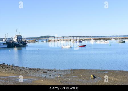 Plymouth, MA USA Hafen mit Booten, Bojen, Steinbrecher, Fußbrücke, Sand und Hafenmeisterhütte - Stockfoto