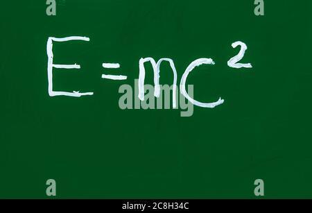 Einsteins berühmte Formel auf einer grünen Tafel. Stockfoto