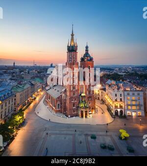 Krakau, Polen. Luftaufnahme der beleuchteten Marienbasilika (Bazylika Mariacka) bei Sonnenaufgang - Stockfoto