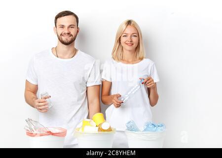 Positive junge Paar tut ihren Teil, um die Umwelt zu retten. Nachdenkliche Verbraucher. Nahaufnahme Porträt, Studio-Aufnahme - Stockfoto