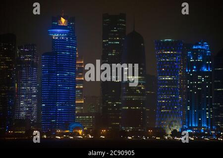 Doha Skyline bei Nacht, Katar - Stockfoto
