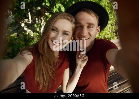 Ein Paar macht ein gemeinsames Foto. Der Junge und das Mädchen machen Selfie am Telefon. Ein junges Paar macht Selfie. - Stockfoto