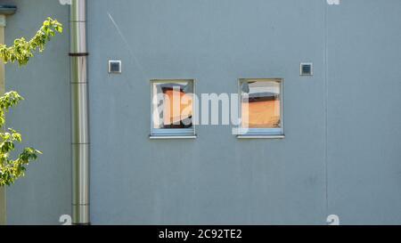 Reflektierte Objekte im Fensterglas Stockfoto