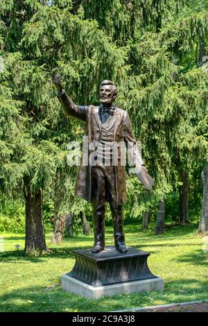 Valley Forge, PA - 3. Juli 2020: Präsident Lincoln liefert die Gettysburg Address Statue von Stan Watts an der Freedoms Foundation am Eingang