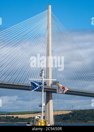 Die neue Forth Bridge ist ein beeindruckender Anblick, da sie über den Firth of Forth führt, sowie die Straßen- und Eisenbahnverbindungen zwischen Edinburgh und