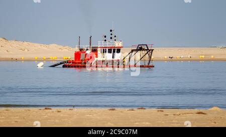 Ein Baggerboot auf der Coorong auf Hindmarsh Island South Australia am 28 2020. Juli - Stockfoto